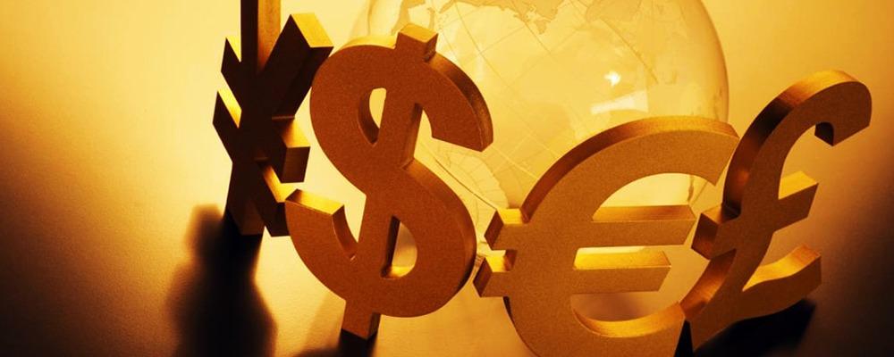 Американский доллар — валюта международного обращения. Какие бы политические события ни происходили и какие бы отношения ни складывались между странами, ситуация такова, что сегодня самые крупные государства, в том числе Россия и Китай, хранят большую часть своих золото-валютных резервов именно в долларах, и просто не могут отказаться от них.